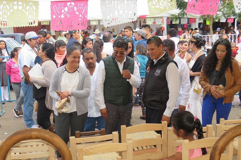 El presidente municipal de Salvador Escalante, José Jesús Lucas Ángel, agradeció al titular del IAM su apoyo para las artesanas y artesanos de la comunidad de Opopeo