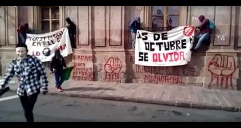 Para conmemorar el cuarto aniversario del 15 de octubre de 2012, cuando destrozaron y quemaron 28 automotores, normalistas siguen delinquiendo impunemente (FOTO: MARIO REBOLLAR)