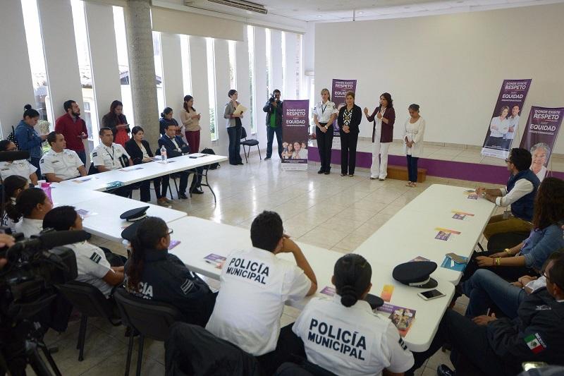 Al hacer uso de la voz, la Directora del Centro de Atención a Víctimas, Marcela Muñoz, subrayó el interés de la Policía Municipal de Seguridad por atender todos los temas referentes con perspectiva de género