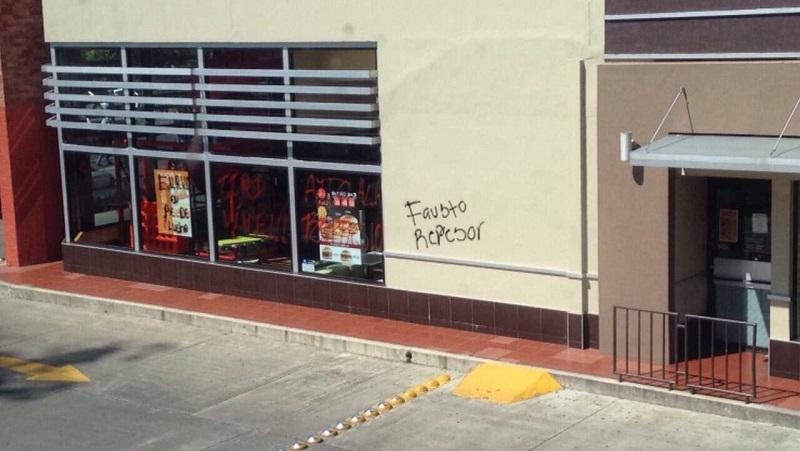 """Los normalistas conmemoraron 4 años de la supuesta """"represión"""" de que fueron objeto el 15 de octubre de 2012, fecha en la cual destruyeron y quemaron 28 vehículos cuando las fuerzas federales y estatales intentaron recuperarlos (FOTOS: JOSÉ ANTONIO ZAMUDIO)"""