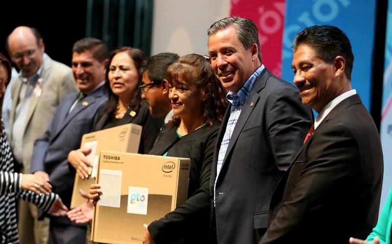 Márquez Márquez resaltó que la educación es una prioridad para su gobierno, por lo que en infraestructura educativa se están haciendo inversiones sin precedentes, ya que al año en promedio, se destinan recursos por 2 mil mdp