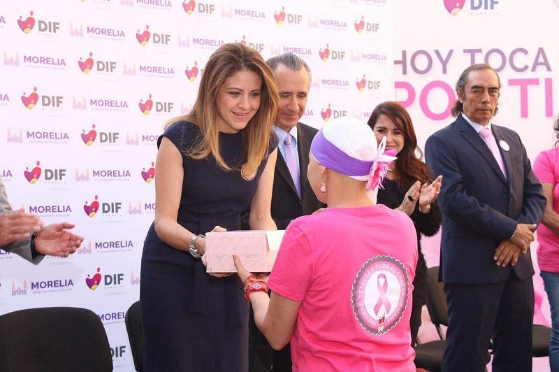 La presidenta DIF Morelia, Paola Delgadillo, entregó 20 prótesis mamarias al mismo número de mujeres sobrevivientes de esta enfermedad, a fin de coadyuvar a su rehabilitación física y emocional