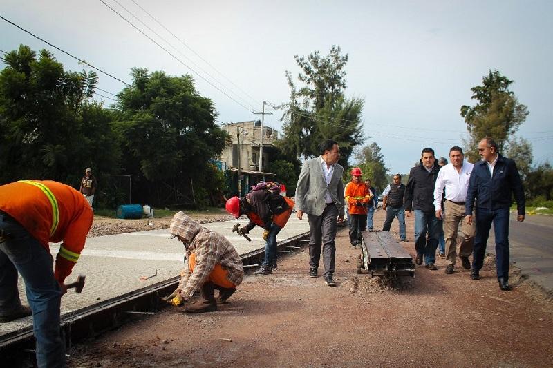 El primer sitio visitado fue la avenida Revolución de la cabecera municipal, donde con recursos estatales el Ayuntamiento ejecuta el mejoramiento de la imagen urbana