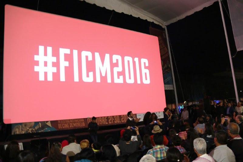 La película se proyectó en la Plaza Benito Juárez, donde decenas de cinéfilos y familias morelianas se reunieron para presenciar la misma.