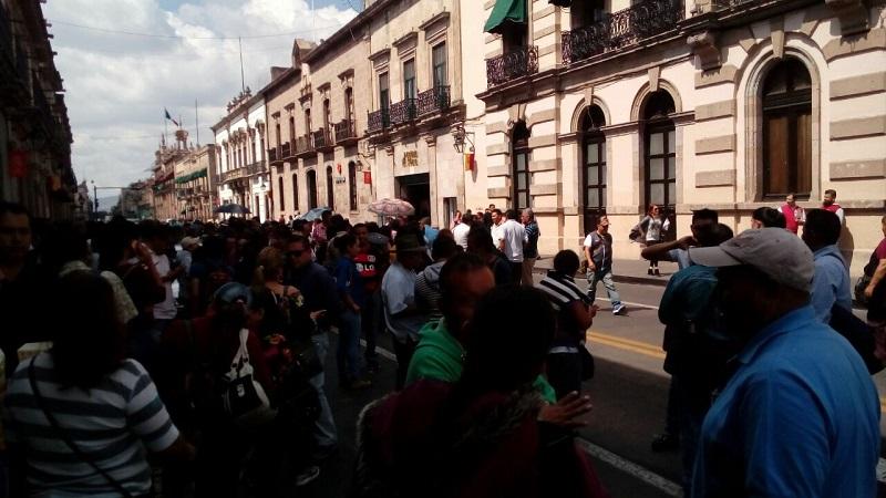 Los maestros mantuvieron cerrado el inmueble y no dejaban entrar ni salir a personal del Poder Legislativo de Michoacán hasta que fue recibida una comisión de representantes