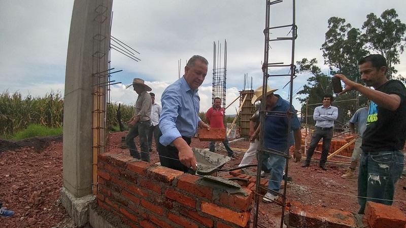 En representación del mandatario estatal, el director general del subsistema, Francisco Mora Ciprés, hizo entrega del material y reconoció el esfuerzo y unidad de las y los pobladores de La Esperanza