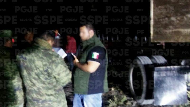 Se aseguró un camión de carga marca Internacional color blanco, con placas de circulación del estado de Guanajuato, mismo que transportaba 15 contenedores con una capacidad para mil litros cada uno, todos abastecidos en su totalidad