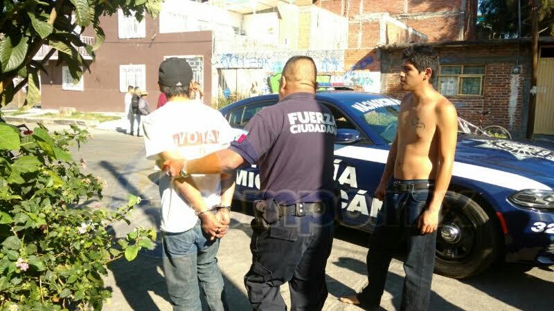 Tras la captura del ratero, Grupo Tigre procedió a entregarlo a elementos de la Policía Michoacán para que sea puesto a disposición de las autoridades correspondientes (FOTOS: FRANCISCO ALBERTO SOTOMAYOR)