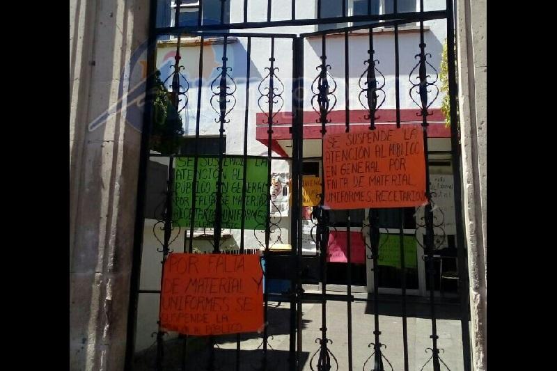 Sin previo aviso fue cerrado el inmueble, dejando sin atención a decenas de personas (FOTO: MARIO REBOLLAR)