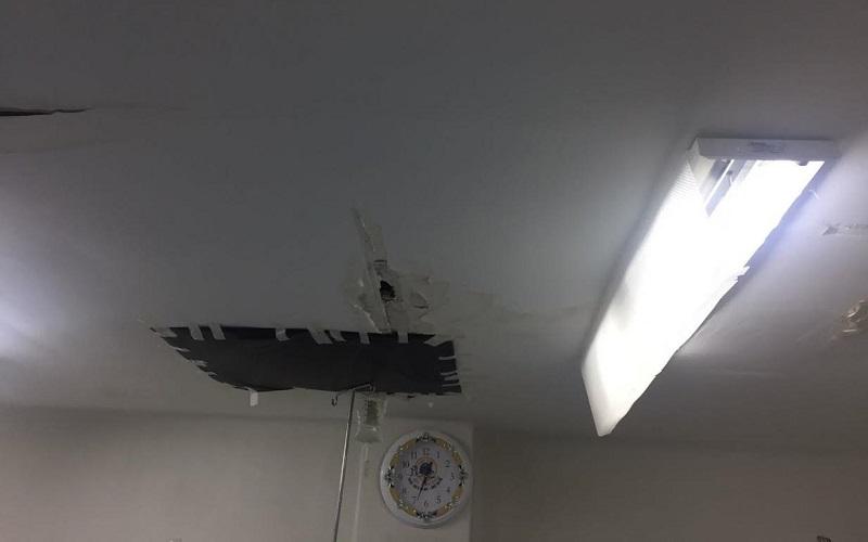 Por lo que respecta a urgencias pediátricas y hospitalización no tienen aire acondicionado. Se observó también que el plafón en el techo tiene parches de papel y bolsas de plástico y el equipo de Rayos X no se instaló.