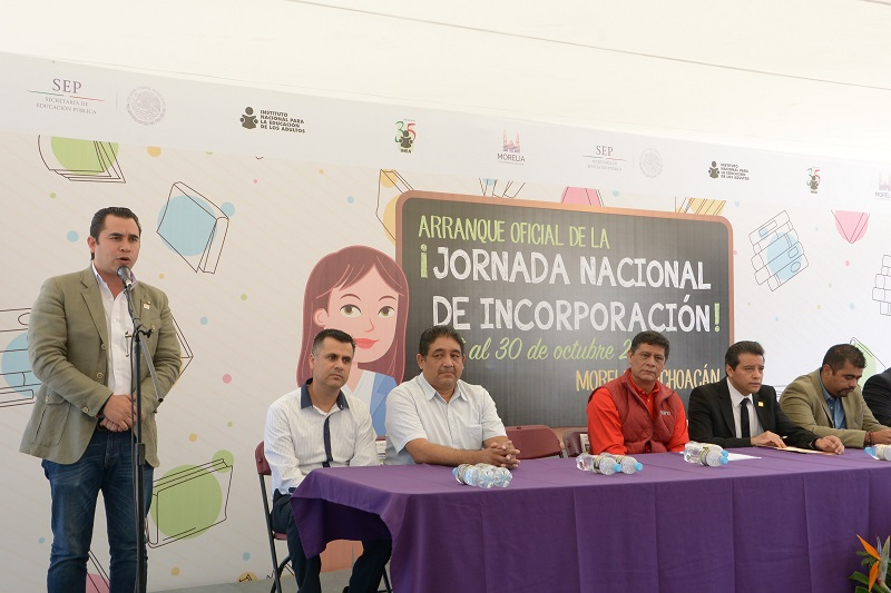 Marín Chávez manifestó su respeto y admiración para todas aquellas personas que dedican su tiempo a aprender y superarse para construir un futuro más prometedor, así como a quienes enseñan y coadyuvan con esta noble labor