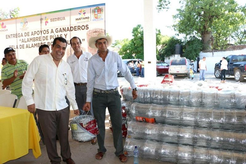 """Elías Ibarra indicó """"estas acciones son para apoyar la economía y tratar de resolver la problemática de los productores en este municipio, material con el cual podrán realizar sus cercos perimetrales y evitar la invasión de ganado"""""""