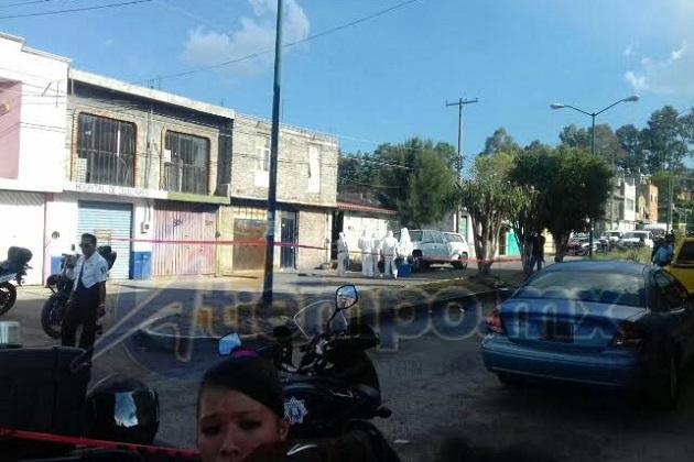 Elementos de la Policía Michoacán y del Grupo Tigre de seguridad privada, buscan al homicida por las calles de la zona (FOTO: FRANCISCO ALBERTO SOTOMAYOR)