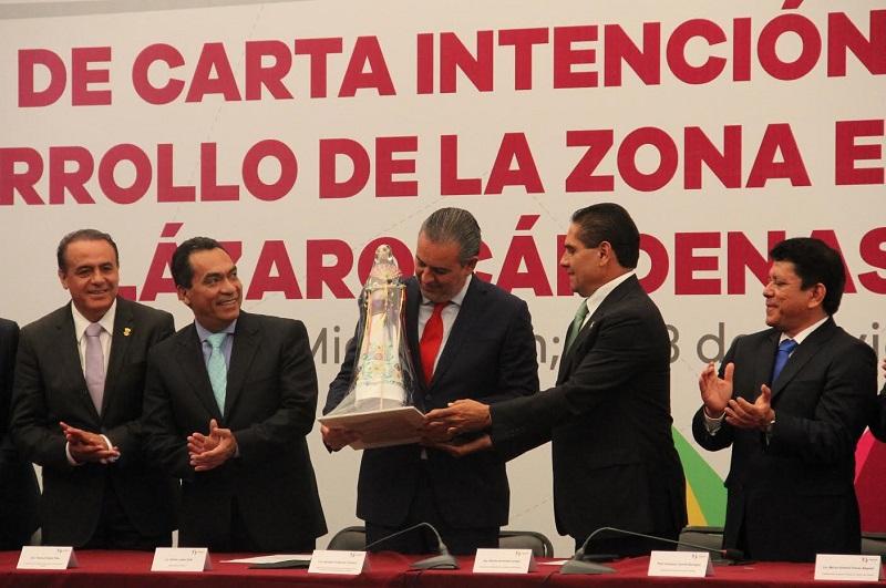 Sigala Páez destacó que dentro de los beneficios que ofrece el puerto se encuentra su cercanía con el Bajío, su conexión con los puertos de centro, sur y Norteamérica, así como Asia