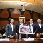 Aureoles Conejo recibió una representación ampliada del billete conmemorativo y el libro que da cuenta de la historia de la Lotería Nacional, además de firmar el libro de visitantes distinguidos