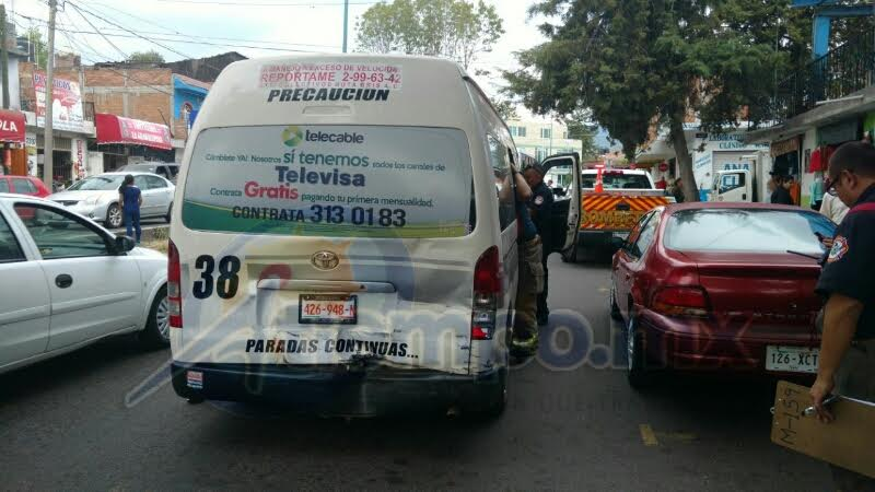 Al lugar arribaron elementos de la Coordinación de Protección Civil y Bomberos Municipales de Morelia, quienes asisten a los choferes y a los cinco pasajeros que resultaron lesionados en el accidente
