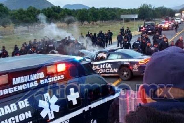 Los elementos se desplazaban a los municipios de Buenavista, Tepalcatepec y Coahuayana, para participar en el operativo de seguridad de que de manera permanente se lleva a cabo en esa región (FOTO: MARIO REBOLLAR)