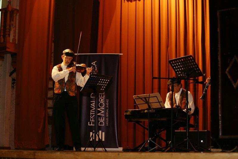 Disfrutan habitantes de Acuitzio del Canje la Primera Extensión del Festival con el grupo Shtetl Klezmer