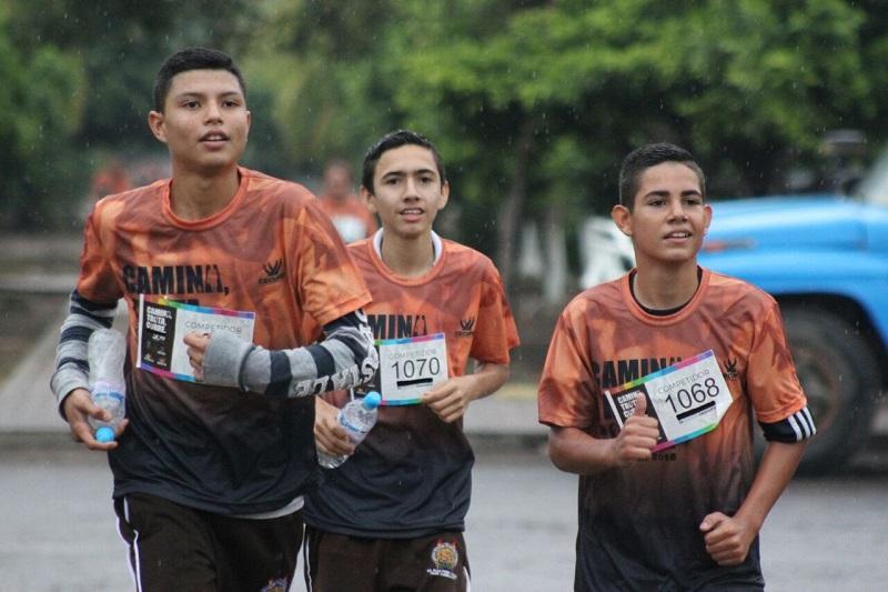 A todos los participantes, se les entregó una playera conmemorativa, además de medallas e hidratación durante el recorrido