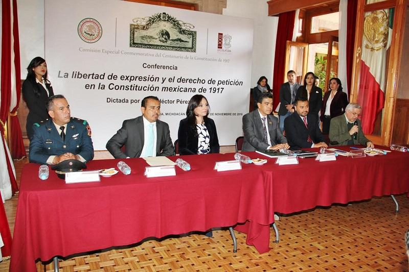 Los diputados Enrique Zepeda y Héctor Gómez Trujillo agradecieron al conferencista su aportación historia y analiza sobre la Constitución de 1917, y entregaron un reconocimiento por su participación, así como una placa laminada en oro  conmemorativa