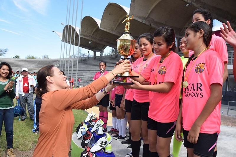 Rocío Beamonte Romero, directora General del Sistema DIF Estatal subrayó que a través de departamento de Jóvenes y Niños en Riesgo, se instrumentan acciones que permiten trabajar con los menores para tener un mejor Michoacán