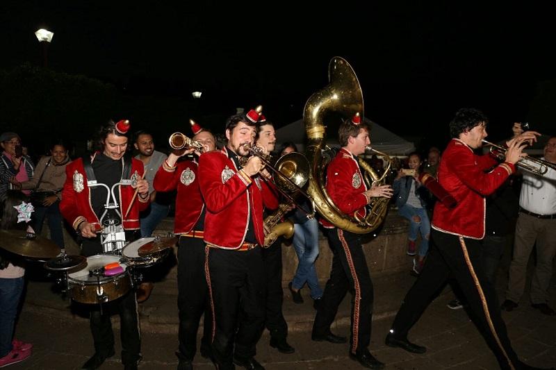 La banda francesa recorre las calles del Pueblo Mágico con su peculiar estilo