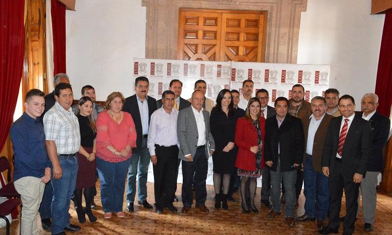 Quienes presentaron ante los legisladores el proyecto de Saneamiento Integral para el Lago de la Cuenca de Cuitzeo, el cual plantea la priorización de 11 proyectos ejecutivos, con una inversión de poco más de 10 millones de pesos, así como 14 obras complementarias