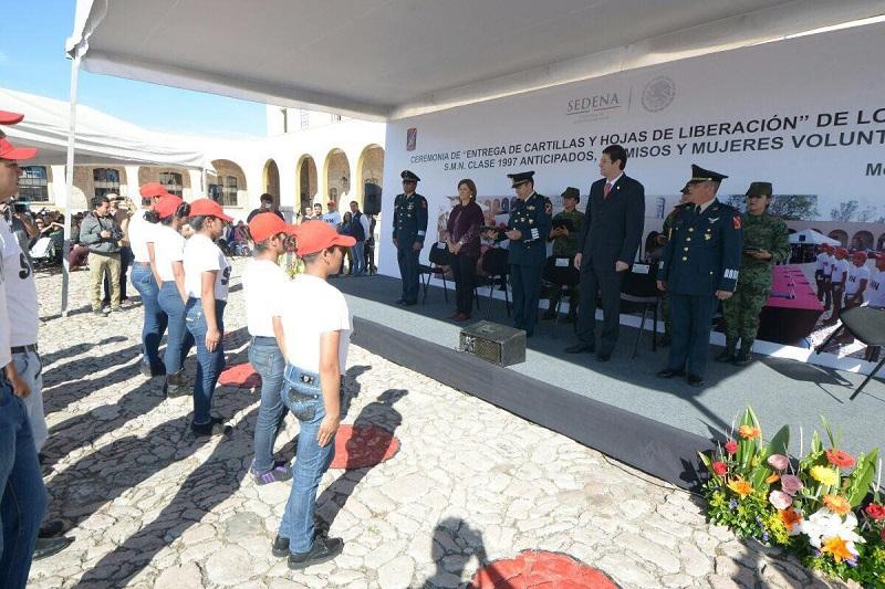 Alrededor de 6 mil 300 jóvenes recibieron su documentación del Servicio Militar Nacional
