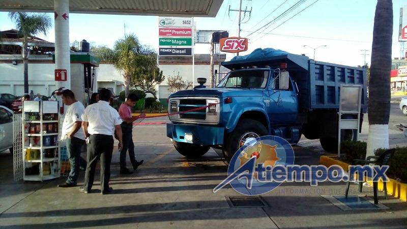 Se reportan sólo daños menores, ya que el vehículo se frenó antes de llegar a las bombas de combustible (FOTOS: MARIO REBOLLAR)