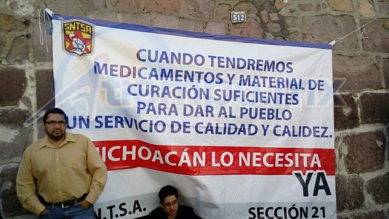 Decenas de manifestantes se plantaron este lunes frente a las oficinas administrativas de la Secretaría de Salud en Michoacán (FOTOS: MARIO REBOLLAR)