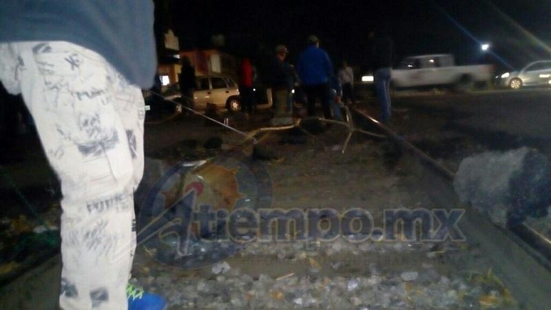 También se tiene conocimiento de que normalistas están realizando un bloqueo carretero en el kilómetro 24 de la carretera Morelia-Pátzcuaro, a la altura de la localidad de Tiripetío, donde también demandan la libertad de los detenidos (FOTOS: MARIO REBOLLAR)