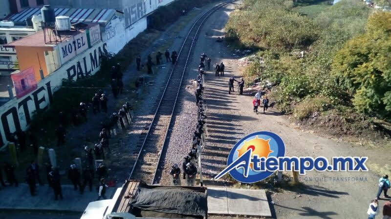 Las fuerzas del orden retiraron de las vías férreas rocas, vigas, llantas y otros objetos que los manifestantes habían colocado (FOTOS: MARIO REBOLLAR)