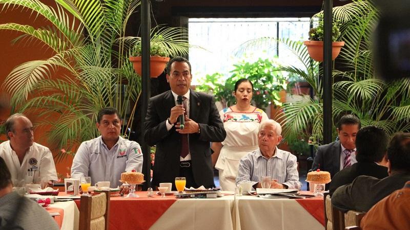 López Solís asistió como invitado a una sesión de la Asociación de Ejecutivos de Ventas y Mercadotecnia de Uruapan