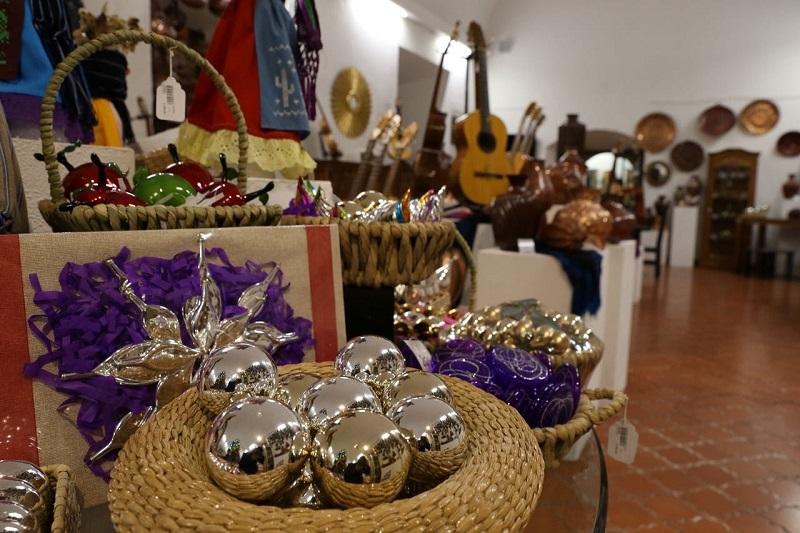 Michoacán es la entidad con mayor diversidad en el país en materia artesanal y que el incentivo al comercio local artesanal es una manera constructiva de evitar la destrucción de recursos e impulsar el desarrollo turístico