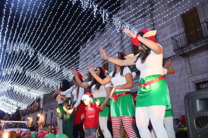 Entre luces, colores y los tradicionales villancicos, la capital michoacana en cada una de sus plazas y calles deleitó a las familias que se dieron cita en un ambiente de paz y armonía