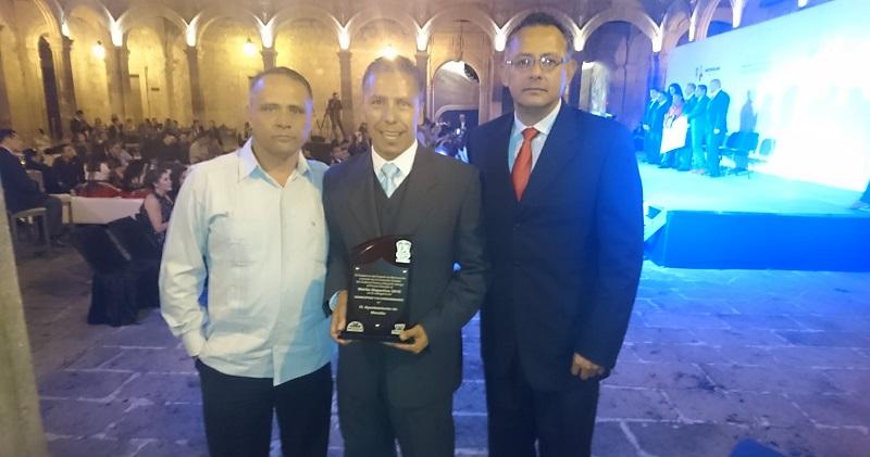 El titular del IMDE, Gustavo Juárez Bedolla, fue el encargado de recibir el reconocimiento de manos del Secretario de Educación en el Estado, Alberto Frutis y la directora de la Cecufid, Edna Díaz