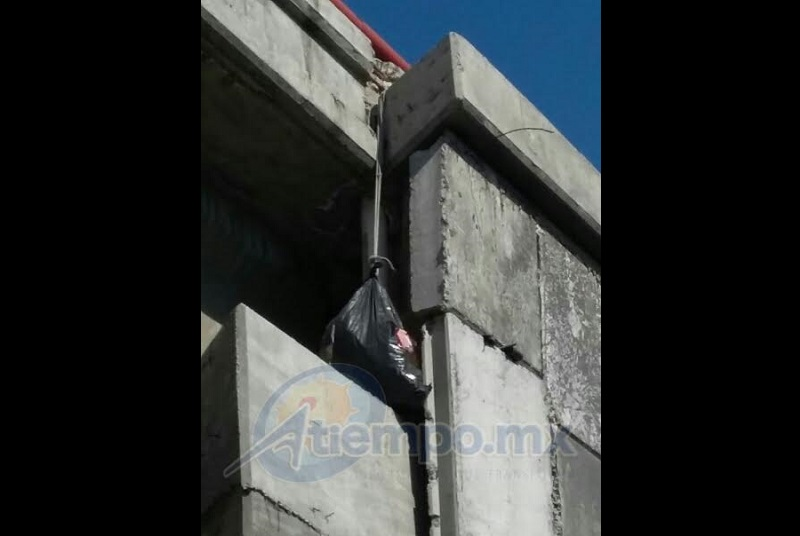 Los agentes del orden subieron hasta la altura que se encontraba la bolsa y al final informaron que ésta sólo contenía ropa (FOTOS: FRANCISCO ALBERTO SOTOMAYOR)