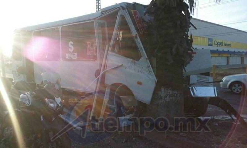 Los cuerpos de rescate informan que tuvieron que trasladar para su atención a siete pasajeros que viajaban en la unidad (FOTO: MARIO REBOLLAR)