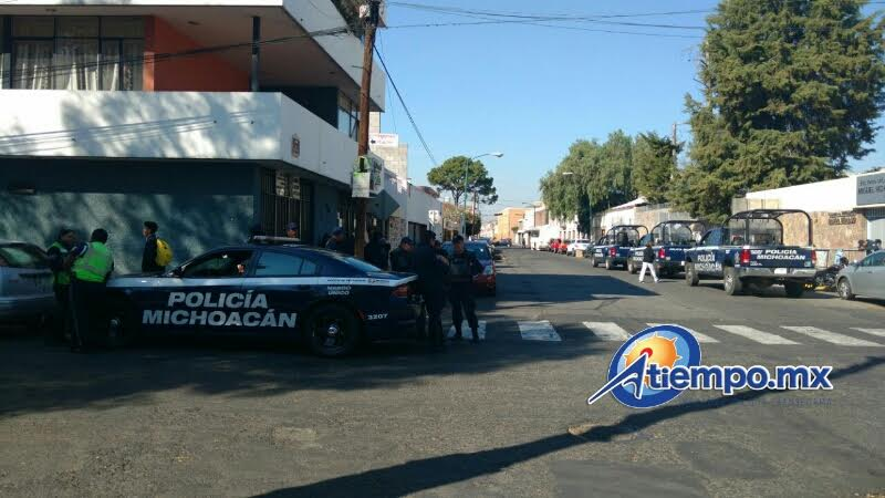 Unidades de la Policía Michoacán se acercaron al lugar, pero sólo lograron recuperar los automotores; la mercancía ya había sido hurtada (FOTOS: FRANCISCO ALBERTO SOTOMAYOR)