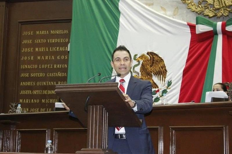 López Meléndez expuso uno de los tantos problemas a los que se enfrentan nuestros paisanos  que se originan por el fenómeno migratorio es la regularización de vehículos que se introducen a territorio mexicano