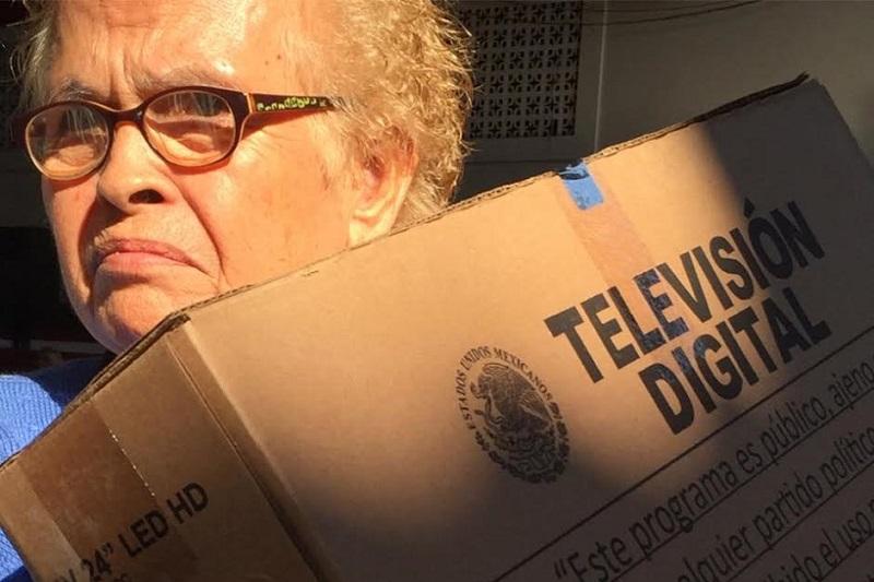 """La Televisión Digital Terrestre ofrece mejor calidad de imagen y sonido  contribuye a la """"equidad en el acceso a la información, reducción de efectos negativos, optimizar el uso de energía eléctrica"""", advirtió el delegado de la Sedesol en Michoacán, Víctor Tapia"""