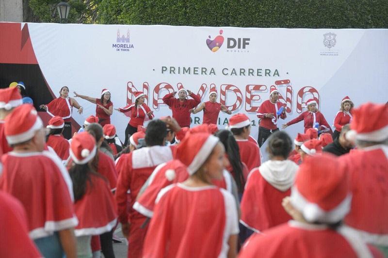 Caracterizados de Santa Claus, los competidores inundaron de color rojo el Centro Histórico de la capital, encabezados por el alcalde Alfonso Martínez y la Presidenta Honoraria del DIF Municipal, Paola Delgadillo