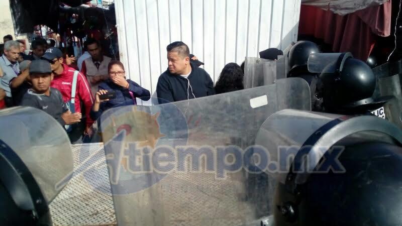 Ante la agresividad de algunos de los comerciantes afectados ha sido necesaria la intervención de policías antimotines (FOTOS: MARIO REBOLLAR)