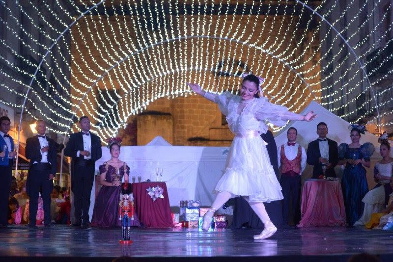 Teniendo de fondo el Templo de San Agustín y con la ambientación de luces, la ciudadanía disfrutó de este espectáculo, que se ha convertido en una pieza obligada de la época decembrina y en donde más de cerca de 40 bailarines formaron el montaje coreográfico
