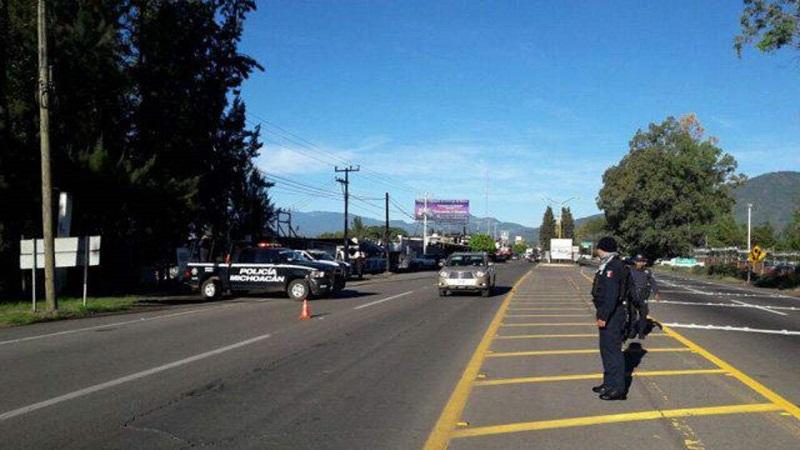 De acuerdo con los informes preliminares, los hechos ocurrieron sobre el kilómetro 87, metros después de la caseta San Ángel Zurumucapio, en el tramo Uruapan-Pátzcuaro