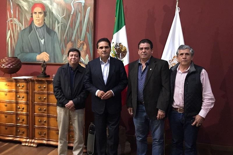 Aureoles Conejo recibió a Jesús M. Quintanilla Casanova, y Ricardo Casanova Quintanilla, presidente y tesorero de la Asociación Mexicana de Criadores de Cebú, respectivamente