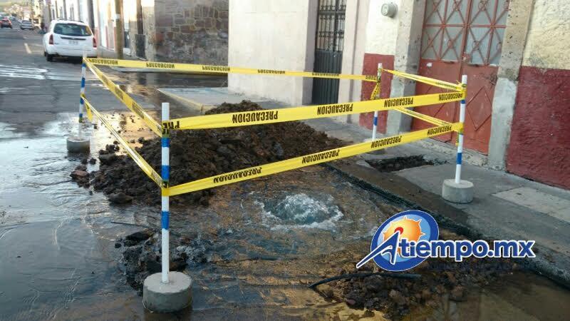 Una gran fuga de agua fue reportada esta mañana en el primer cuadro de la ciudad (FOTO: FRANCISCO ALBERTO SOTOMAYOR)