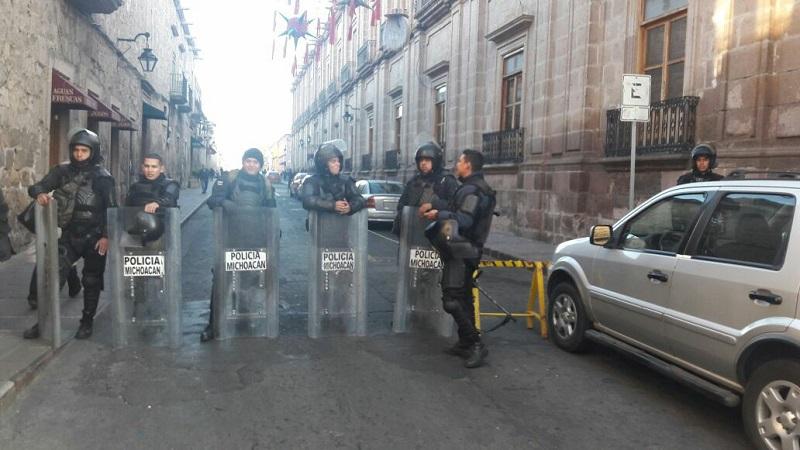 La presencia de los policías antimotines se observa en Casa de Gobierno, Palacio de Gobierno, Secretaría de Finanzas y Administración y Sedrua (FOTOS: MARIO REBOLLAR)