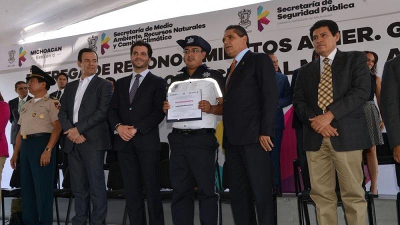 Esta policía fue creada por mandato del gobernador Silvano Aureoles y obedece a los compromisos que el mandatario ha asumido como estrategia para garantizar el derecho constitucional que tenemos todos los michoacanos, de gozar de un medio ambiente sano