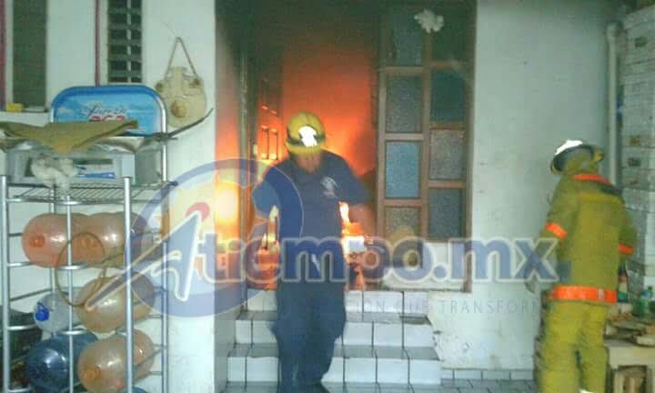 En el combate al siniestro participaron elementos de la Coordinación de Protección Civil y Bomberos Municipales (FOTOS: MARIO REBOLLAR)